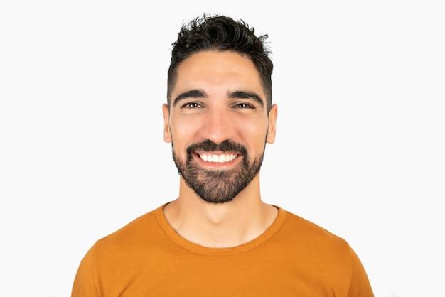 Porträt des jungen glücklichen mannes, der gegen leerraum lächelt Kostenlose Fotos