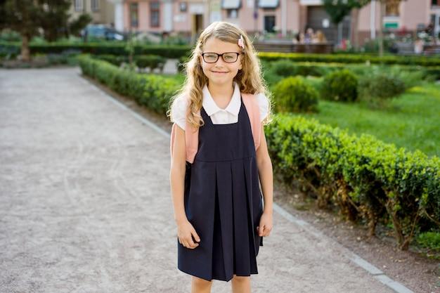 Porträt des jungen hübschen studenten auf dem weg zur schule Premium Fotos