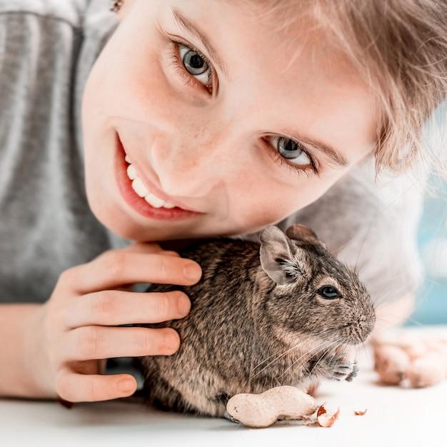 Porträt des jungen mädchens mit degu eichhörnchen Premium Fotos