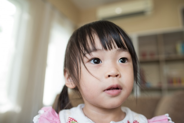 Porträt des kleinen asiatischen mädchens, das in ihrem haus spielt Kostenlose Fotos