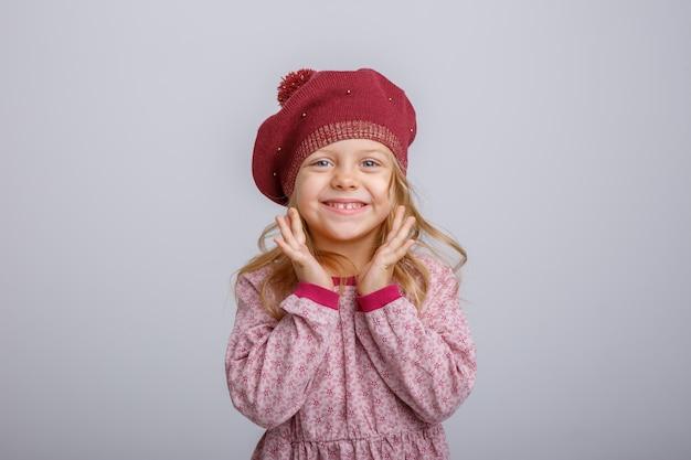 Porträt des kleinen blonden mädchens im barett lokalisiert auf weißem hintergrund Premium Fotos