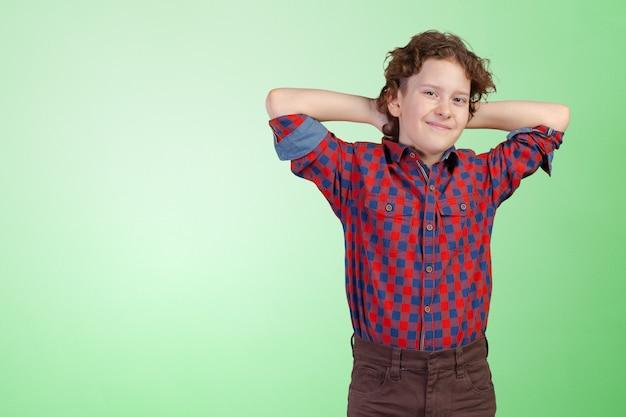 Porträt des kleinen jungen mit den händen gefaltet Premium Fotos