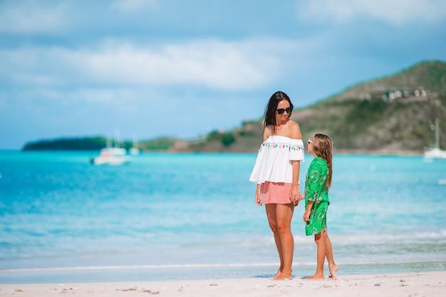 Porträt des kleinen mädchens und der mutter auf sommerferien Premium Fotos