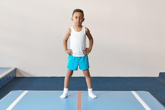 Porträt des konzentrierten dunkelhäutigen jungen gekleidet im weißen hemd Kostenlose Fotos
