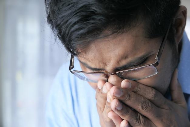 Porträt des kranken mannes niest und hustet Premium Fotos