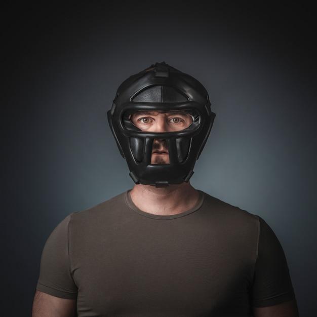 Porträt des krav magapraktikers auf grauem hintergrund Premium Fotos