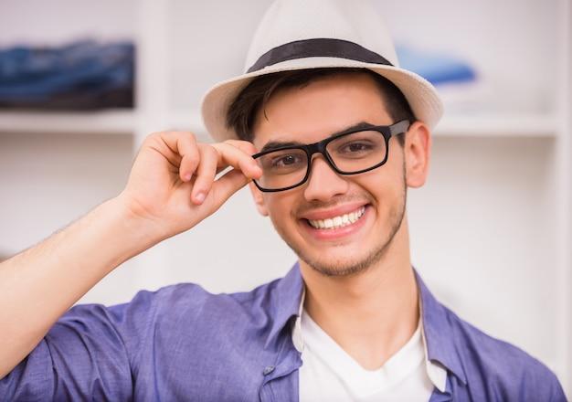 Porträt des lächelnden mannes in den gläsern und im hut Premium Fotos