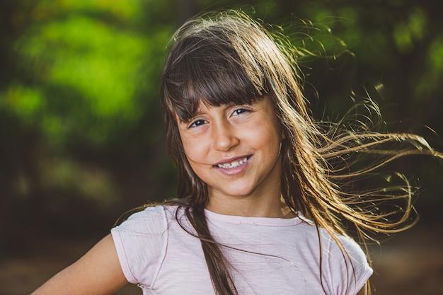 Porträt des lächelnden schönen jungen mädchens am bauernhof Premium Fotos