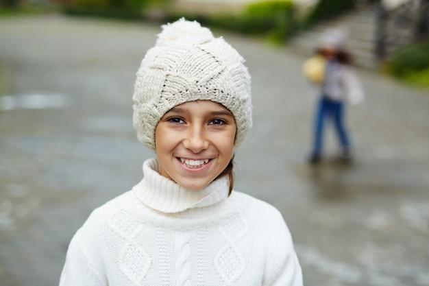 Porträt des lächelnden teenagers Kostenlose Fotos