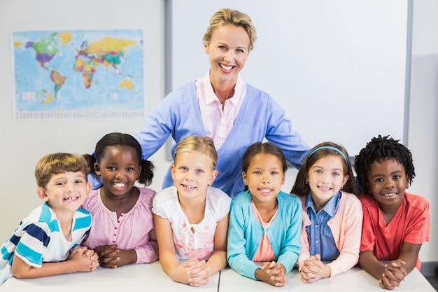 Porträt des lehrers und der kinder im klassenzimmer Premium Fotos