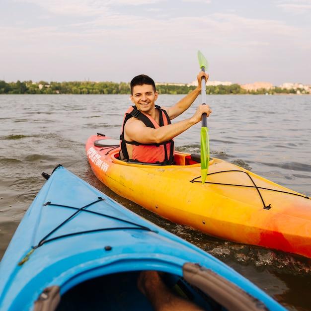 Porträt des männlichen kayakers kayaking Kostenlose Fotos