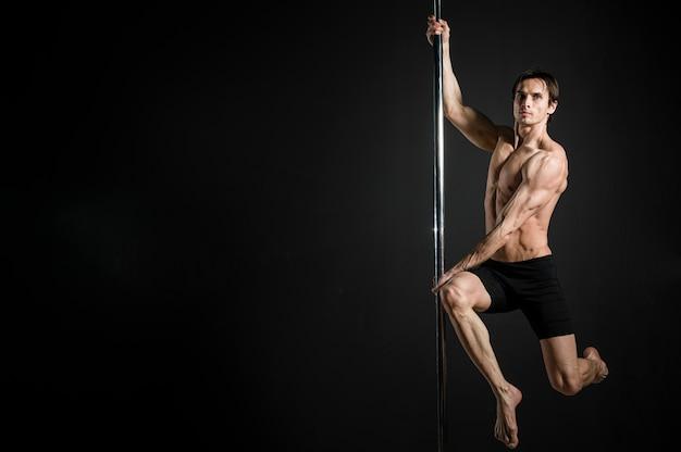 Porträt des männlichen modells einen stangentanz durchführend Kostenlose Fotos