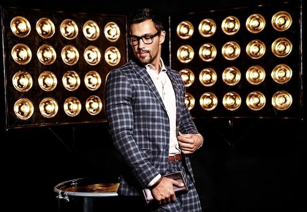 Porträt des männlichen vorbildlichen mannes der sexy hübschen mode kleidete im eleganten anzug auf schwarzem studio lichthintergrund in den gläsern an Kostenlose Fotos