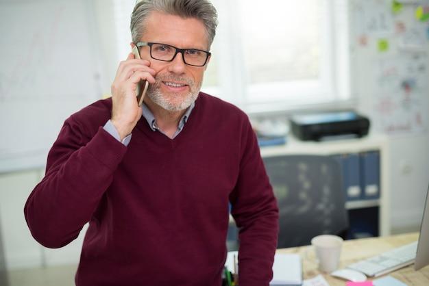 Porträt des mannes, der am telefon spricht Kostenlose Fotos