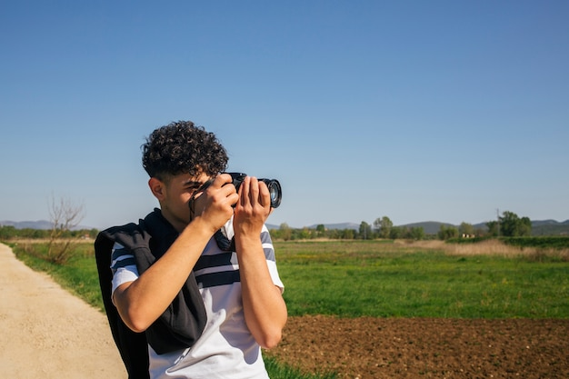 Porträt des mannes fotografierend mit digitalkamera nehmend Kostenlose Fotos