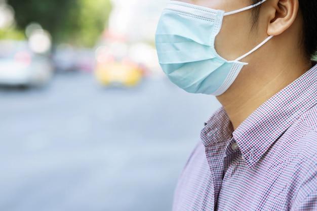 Porträt des mannes hygienische maskengesichtsnase draußen tragend. Premium Fotos