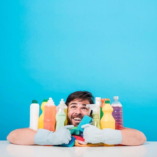 Porträt des mannes mit reinigungsprodukt Kostenlose Fotos