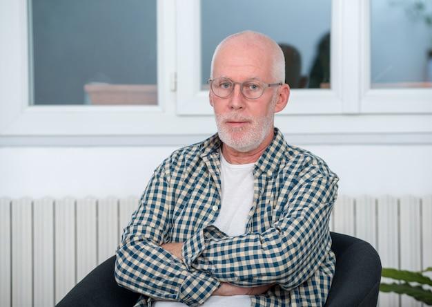 Porträt des mannes von mittlerem alter mit bart und gläsern Premium Fotos