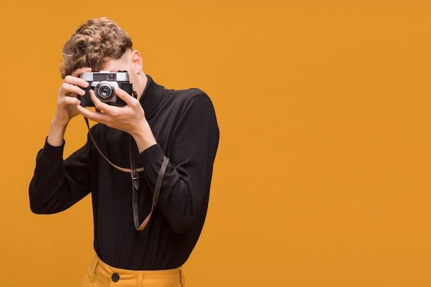 Porträt des modernen jungen ein foto machend Kostenlose Fotos