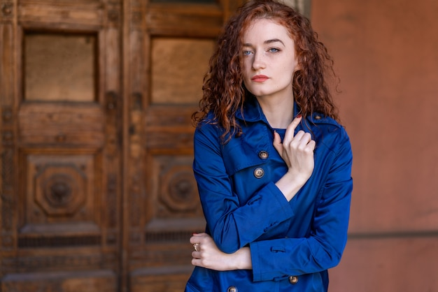 Porträt des netten rothaarigen mädchens, des gewellten haares und der schönen augen Premium Fotos