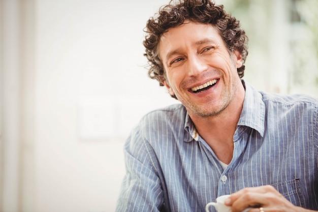 Porträt des reifen mannes zu hause lächelnd Premium Fotos
