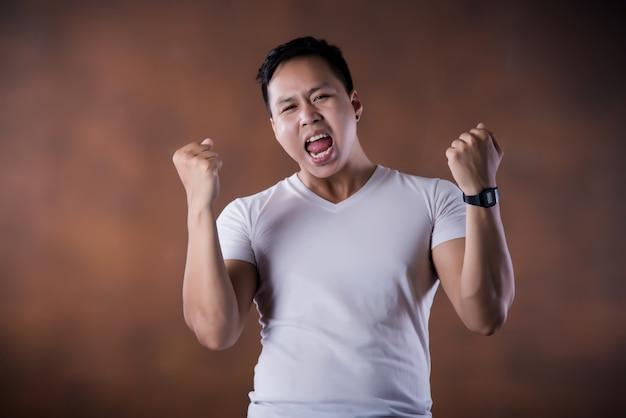 Porträt des schockierten fassungslosen überraschten jungen mannes augen und mund weit geöffnet Kostenlose Fotos