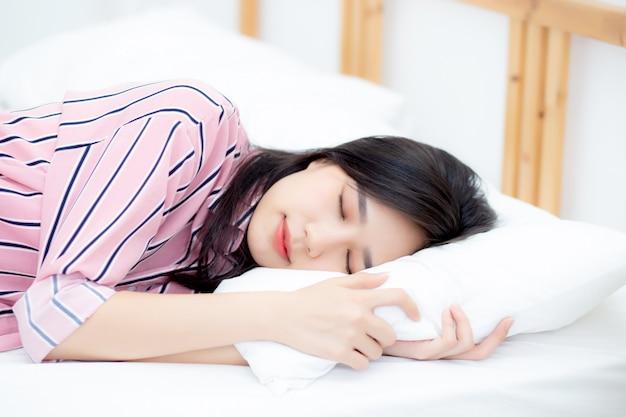 Porträt des schönen asiatischen frauenschlafes, der im bett liegt Premium Fotos
