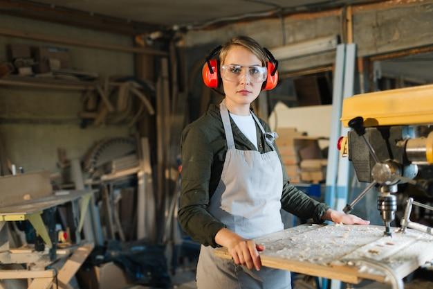 Porträt des schönen bohrmaschinenbedieners Kostenlose Fotos