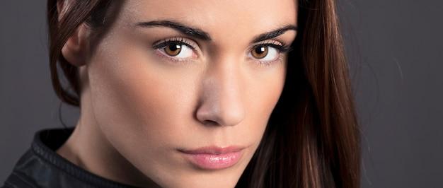 Porträt des schönen frauenmodells im studio Kostenlose Fotos