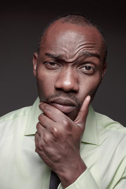 Porträt des schönen jungen schwarzafrikaners Kostenlose Fotos