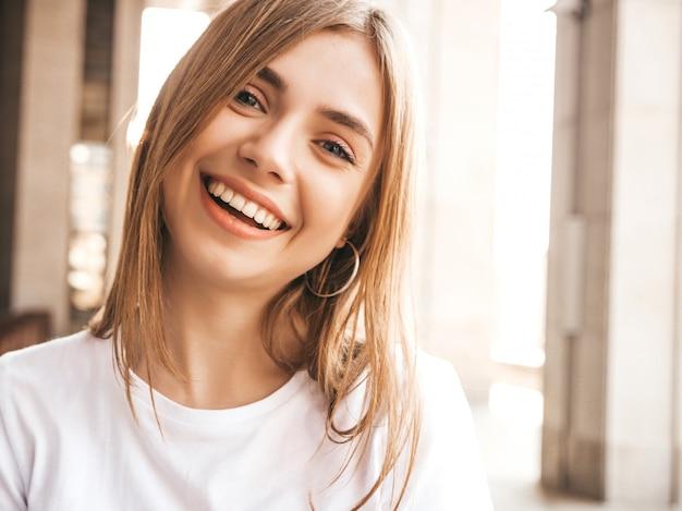 Porträt des schönen lächelnden blonden modells kleidete in der sommerhippie-kleidung an. Kostenlose Fotos