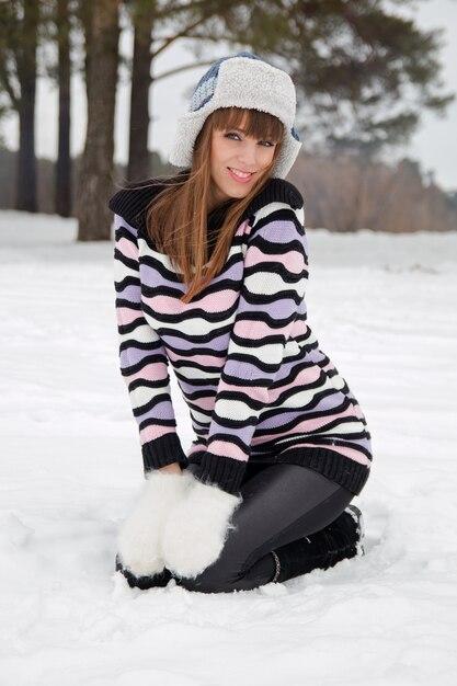 Porträt des schönen mädchens im winterhut Premium Fotos