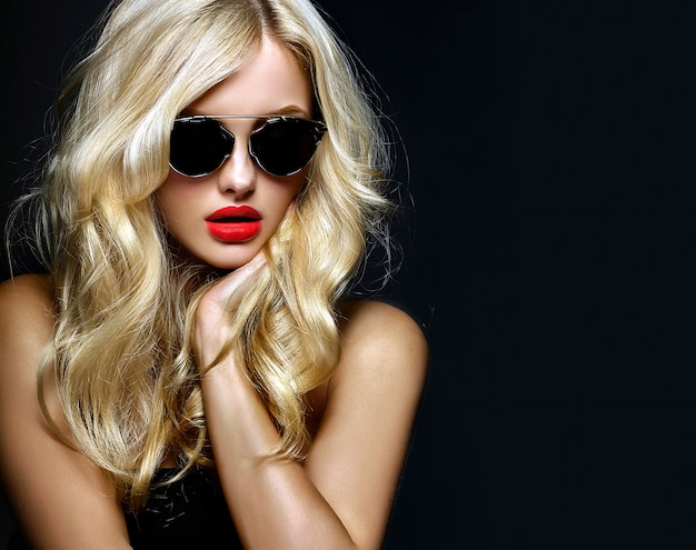 Porträt des schönen niedlichen blonden frauenmädchens in der sonnenbrille mit den roten lippen Kostenlose Fotos