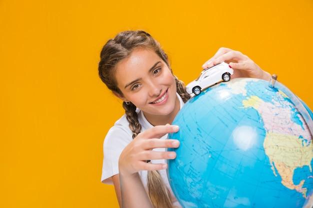 Porträt des schulmädchens mit einer kugel Kostenlose Fotos