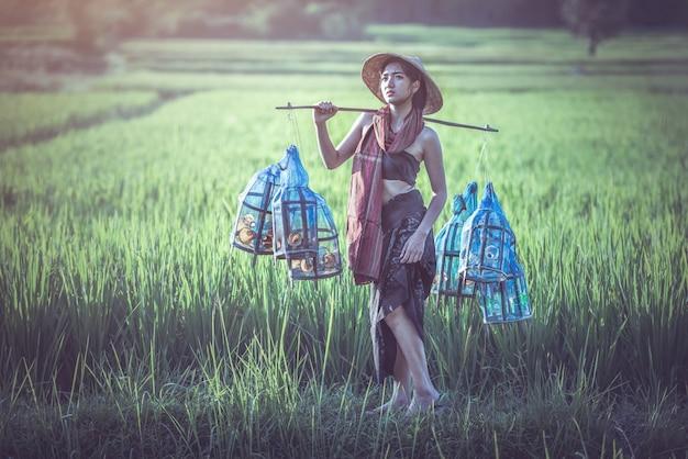 Porträt des thailändischen landwirts der jungen frau, thailand-landschaft Premium Fotos