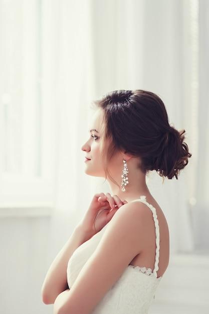 Porträt des tragenden modehochzeitskleides der braut Premium Fotos