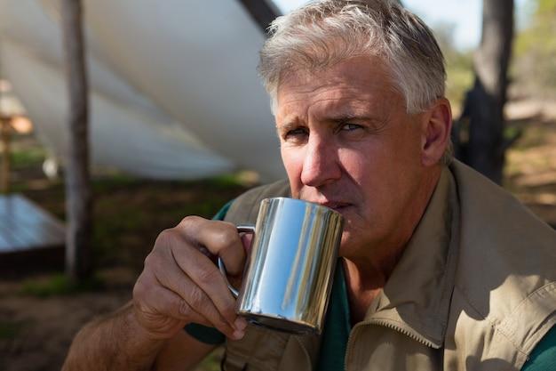 Porträt des trinkenden kaffees des mannes am campingplatz Kostenlose Fotos