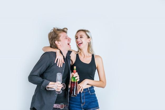 Porträt des trinkenden weins der glücklichen jungen paare Kostenlose Fotos