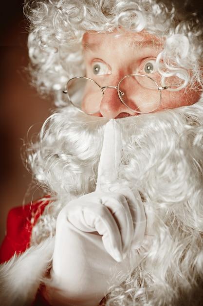 Porträt des weihnachtsmannes im roten kostüm Kostenlose Fotos