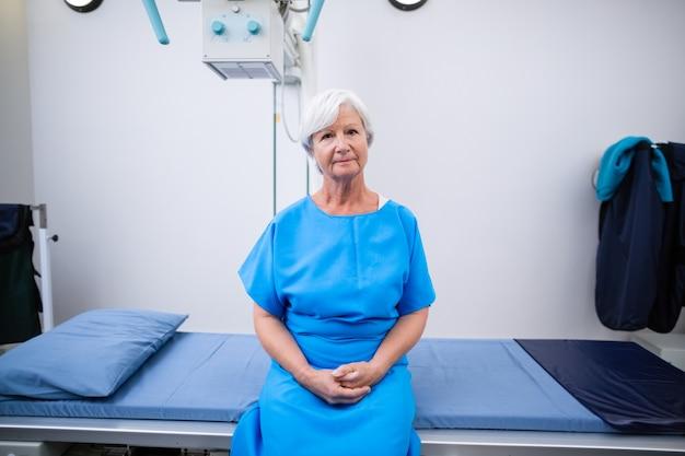 Porträt einer älteren frau, die sich einem röntgentest unterzieht Kostenlose Fotos