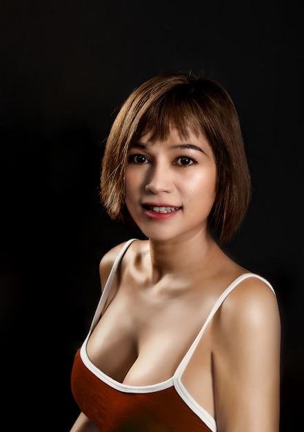 Porträt einer asiatischen frau in einem trägershirt Premium Fotos