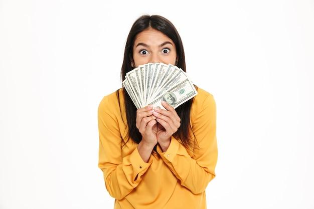 Porträt einer aufgeregten frau, die bündel geld hält Kostenlose Fotos