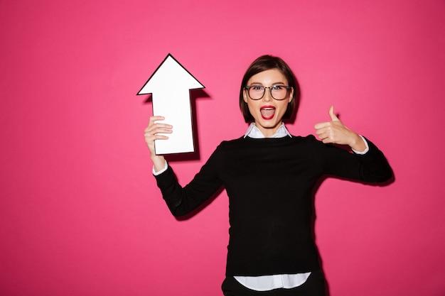Porträt einer aufgeregten glücklichen geschäftsfrau mit pfeil oben zeigend Kostenlose Fotos