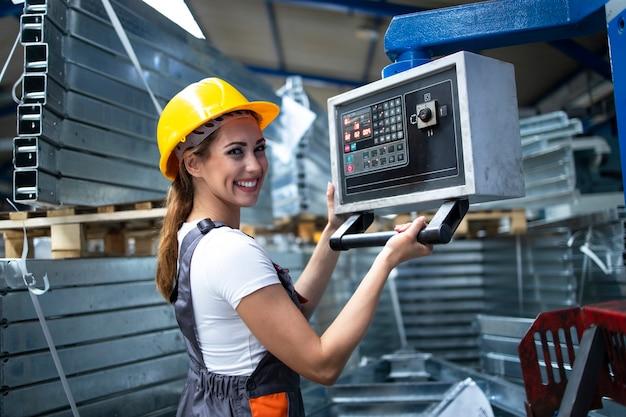 Porträt einer fabrikarbeiterin, die eine industriemaschine bedient und parameter auf dem computer einstellt Kostenlose Fotos