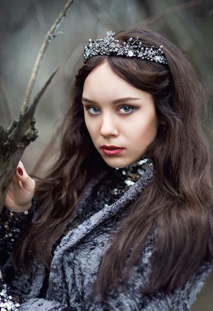 Porträt einer frau in einem märchenbild einer dunklen königin in einem mysteriösen wald Premium Fotos