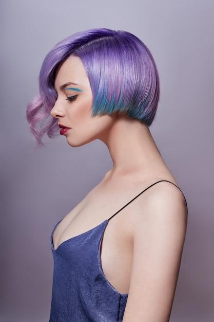 Porträt einer frau mit dem hellen farbigen fliegenhaar, alle schatten von purpur. haare färben Premium Fotos