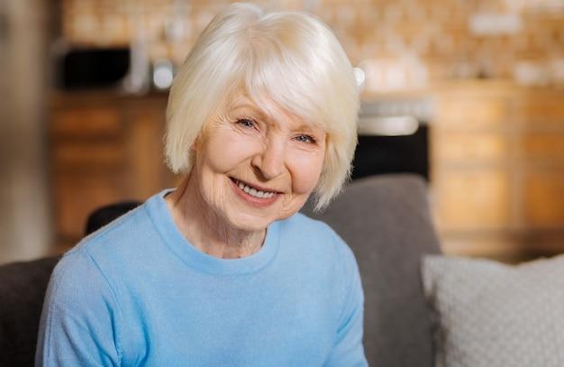 Porträt einer glücklichen entzückten älteren frau, die