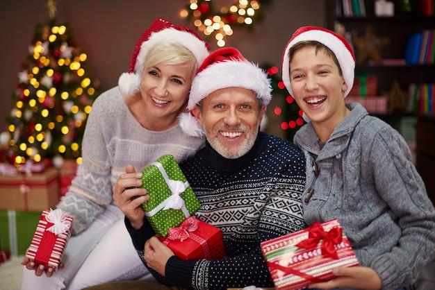 Porträt einer glücklichen familie mit drei personen Kostenlose Fotos
