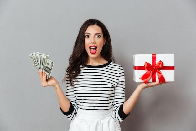 Porträt einer glücklichen frau, die geschenkbox hält Kostenlose Fotos
