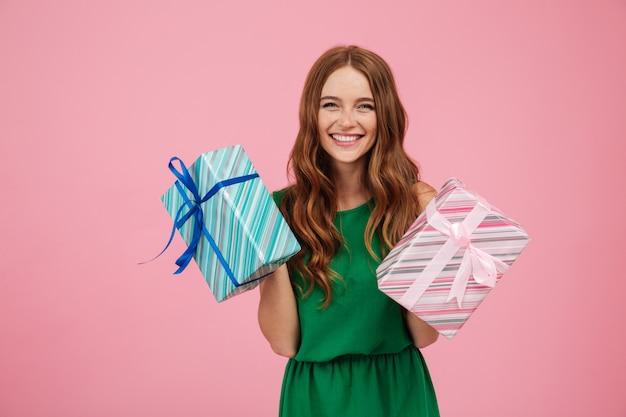 Porträt einer glücklichen frau im kleid, das geschenkboxen hält Kostenlose Fotos